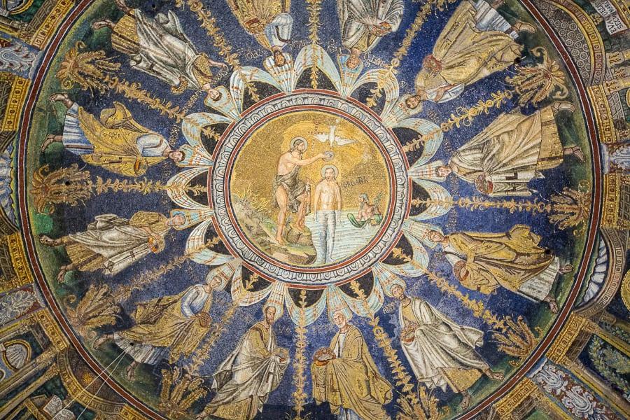 Scène du baptême du Christ sur la coupole du baptistère néonien