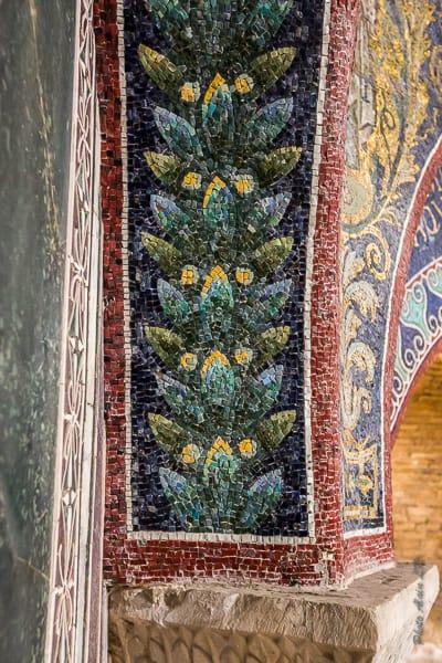détail de mosaïque du baptistère - décor floral