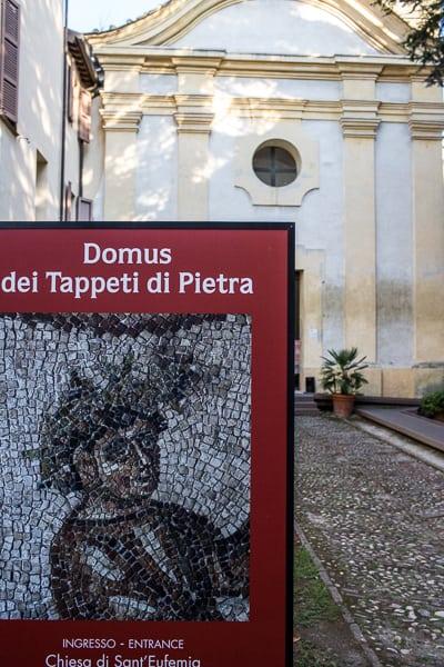 l'accès à la Maison des tapis de pierre se fait par l'église Sant'Eufémia