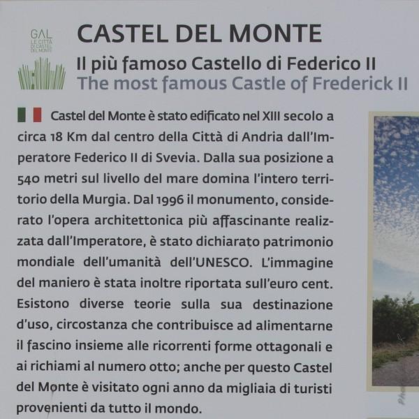 Un panneau informe le visiteur à l'entrée du site du château