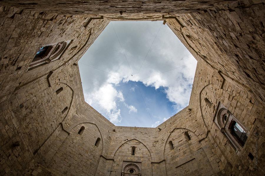 La forme octogonale du château se retrouve dans la cour intérieure.