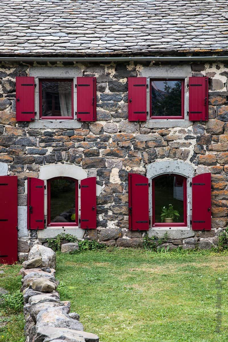 Volets rouge d'une maison traditionnelle