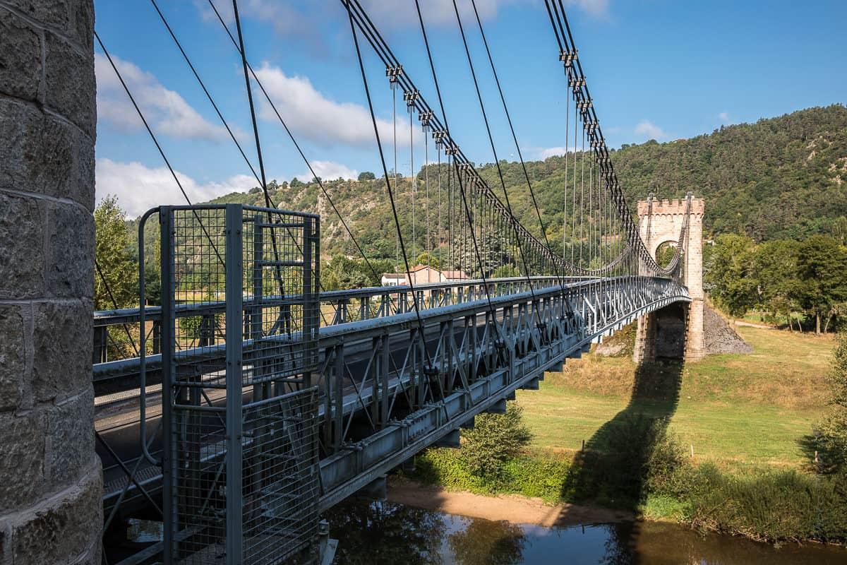 Joli pont suspendu sur la Loire à Confolent